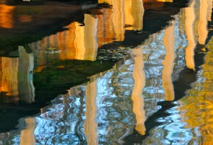 Reflet automnal du petit pont de bois du parc de la Bouzaize.