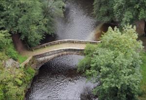 """Pont romain (du XVIII°…!) sur la Cure. Décor d'une scène de """"La Grande Vadrouille""""."""